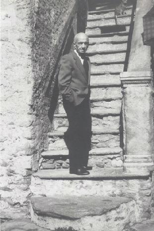 Mosè Bartesaghi sulle scale della sua casa a Scarpatetti